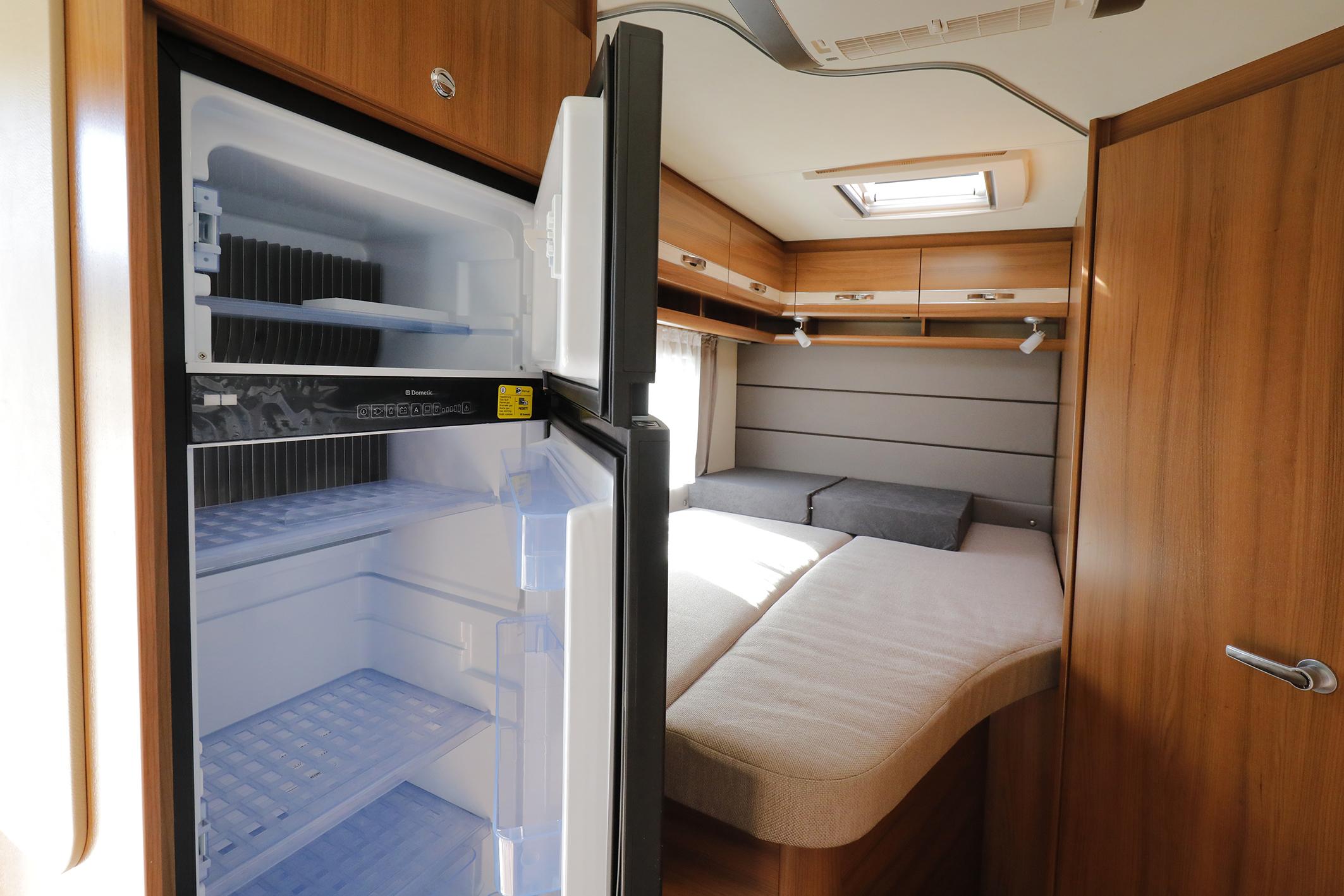 Camper T700F Bett - Chromstall